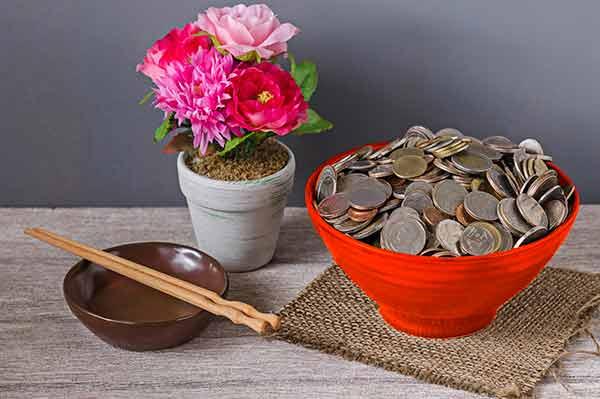 Cuenco con monedas