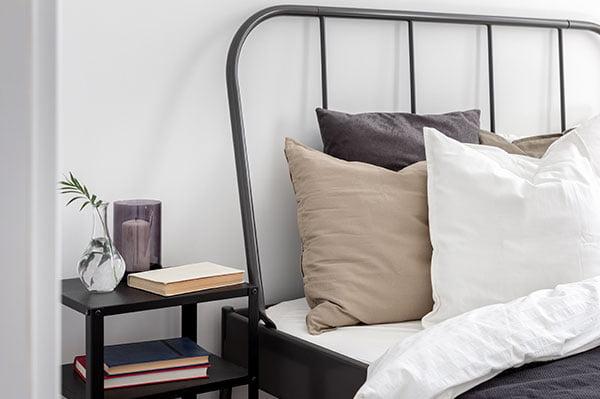Cabecero de cama de metal con barrotes